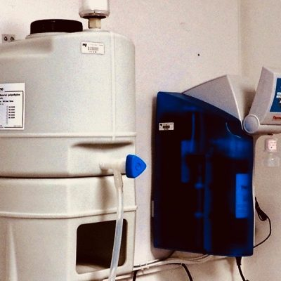 Système de purification d'eau : Permet l'obtention d'une eau pure de niveau 1 et 2.
